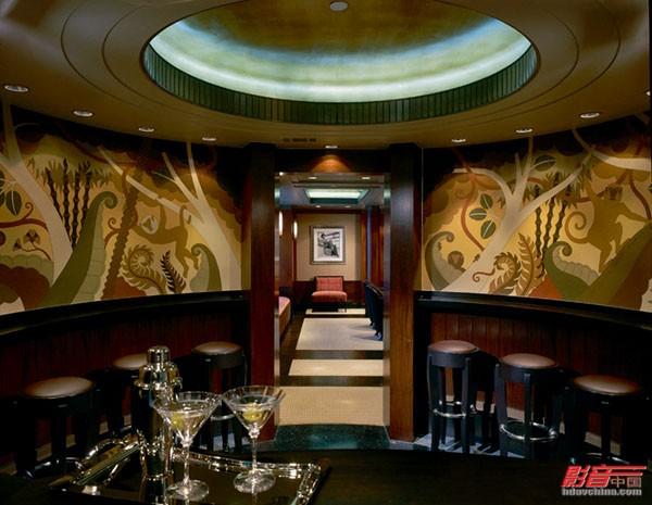 圆弧形的吧台搭配非洲特色的壁画以及圆形的灯光照明