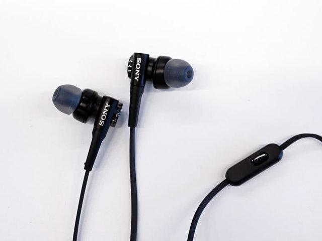 MDR-EX450AP   Sony将于七月中旬推出三款支持Android安卓系统的入耳式与头戴式耳机,并配有麦克风和遥控器,可以在Android 4.0或以上的安卓智能手机上使用,同时也可应用于苹果产品,对于接收电话和播放音乐时的操作来说较为便利。  MDR-XB50AP   本次新推出的耳机分别是MDR-EX450AP,MDR-XB50AP两款入耳式耳机和一款MDR-ZX110AP头戴式耳机。  MDR-ZX110AP   其中,MDR-EX450AP采用12mm动圈单元,提供的铂白色