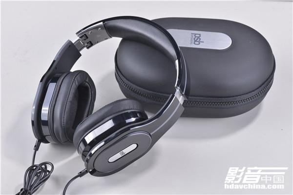 连接线,而且耳机在左右两个耳筒底部都设有耳机线