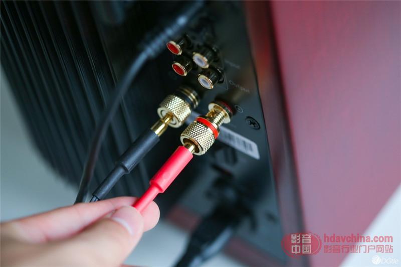 的主副音箱连接线提供了插拔式的端子