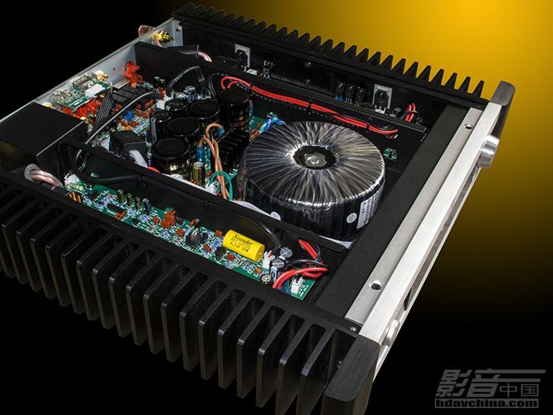 天逸音响近日将推出一款传统的高保真双声道合并式超薄功放,其中植入了高保真的DAC解码电路和APTX无损蓝牙接收电路,从而让传统的HI-FI功放平添了时尚的流行元素而有效的拓宽了传统功放的使用范围,让好声音好音色与广泛的音源亲密接触,从而铸造出天逸新一代精品级的HI-FI全媒体功放。   这款新出炉的HI-FI功放型号定为AD-68PRO,属于天逸HI-FI产品的中高档精品级产品,全铝合金框架结构,湖蓝色液晶点阵显示,全铝合金遥控操作,整体纤薄小巧,精致玲珑,定位于书房近场小环境高保真音乐欣赏。配合天逸