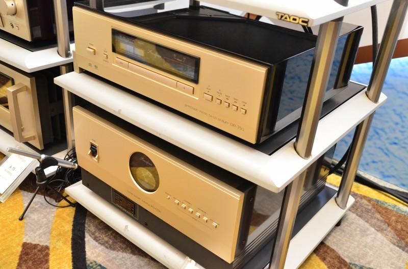 在房间的另一面,使用了Chario扬声器搭配Accuphase功放及CD机